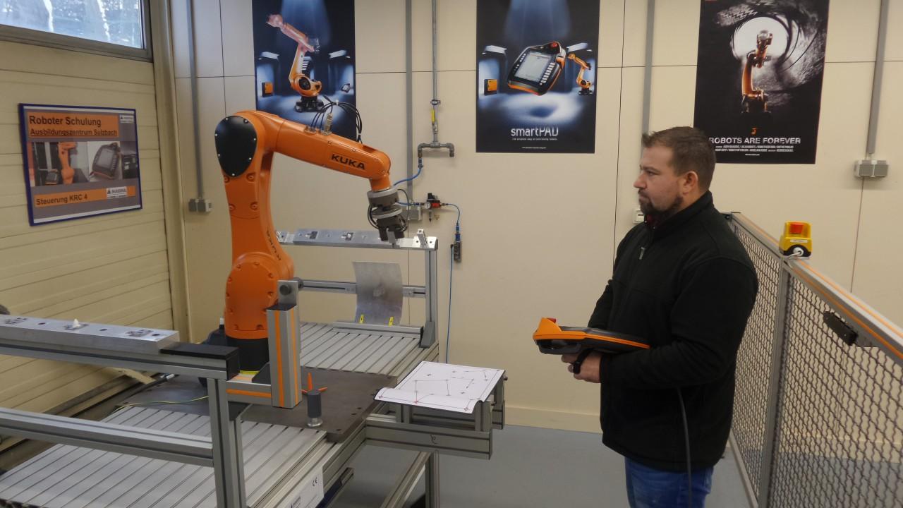 Frank Kalmes, Leiter des Ausbildungszentrums der Decoma GmbH