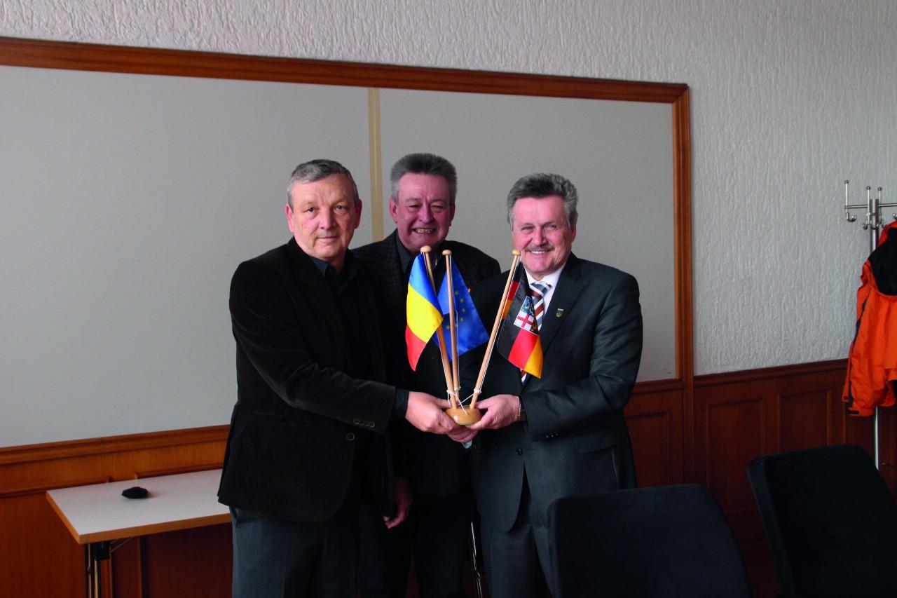 Mircea Jichici (Bürgermeister von Lipova), Willi Gehring (Vorsitzender des Deutsch-Rumänischen Freundschaftskreises) und Rolf Schultheis (Bürgermeister von Friedrichsthal)
