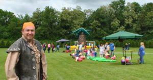 Sogar ein echter Pirat (Alfred König, Leiter der VVB-Filiale in Bübingen) begrüßte an diesem Tag die Kinder bei der Piratenolympiade.