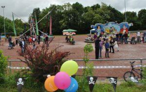 Zu einem besonderen Highlight für die Kinder zählten wohl das Bungee-Trampolin und die weiteren Fahrgeschäfte.