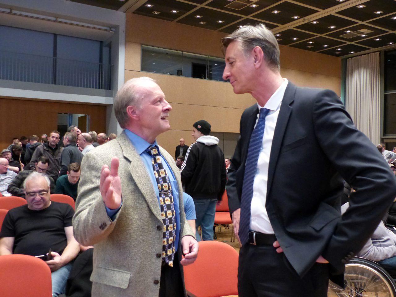 Jörg Alt, der neu gewählte 1. Vorsitzende, im Gespräch mit Schatzmeister Dieter Weller.