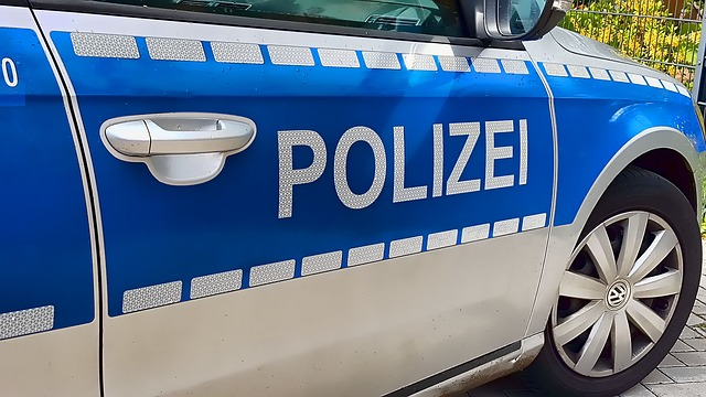 Flüchtender Fahrzeugführer verletzt sich beim Sprung vom Garagendach