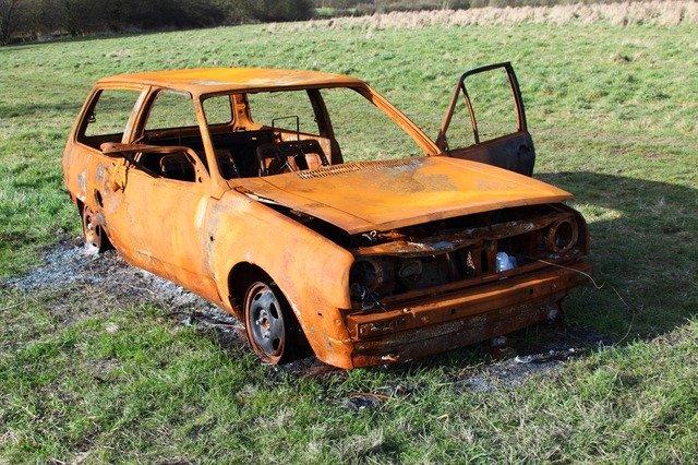 PKW brennt in einem Feld bei Oberlinxweiler aus