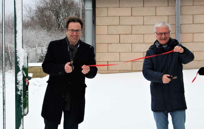 Bürgermeister Andreas Feld, links und sein Amtskollege Armin König eröffneten die interkommunale Grüngutsammelanlage symbolisch. /Gemeinde Eppelborn