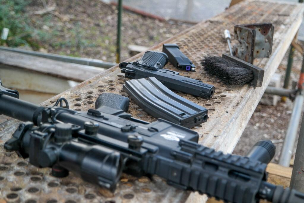 """Waffen und Zubehör wirken echt, sind aber bei weitem nicht so gefährlich wie die """"Originale""""."""