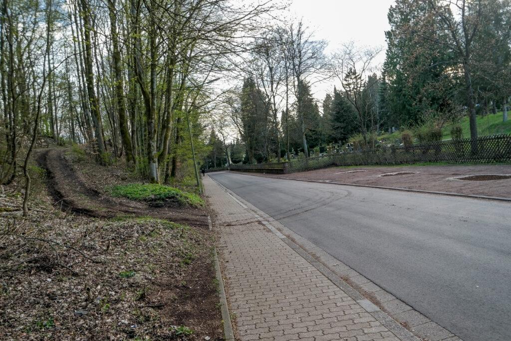 Die Zufahrt zum Gelände der Black Dog´s befindet sich direkt gegenüber dem Altenwalder Friedhof.