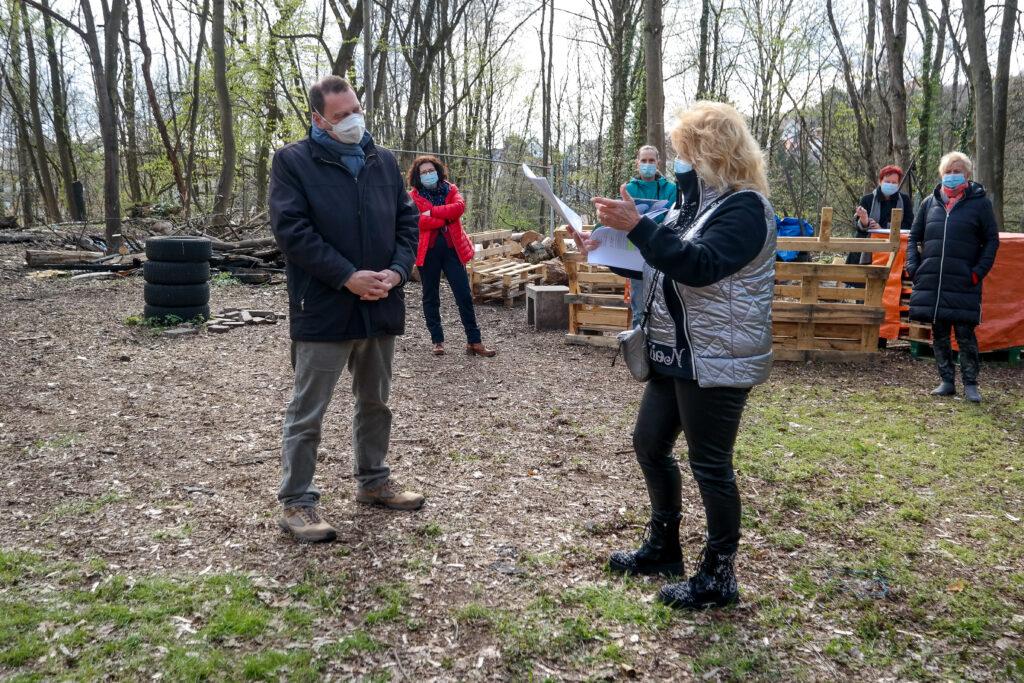 Diana David, rechts, übergab ihre Unterschriftenliste an Michael Adam, den Bürgermeister von Sulzbach.