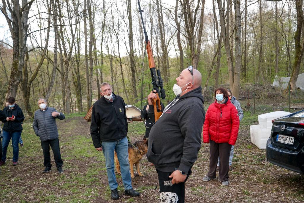 Rad Deutscher demonstriert die Lautstärke seines Airsoft-Gewehrs.