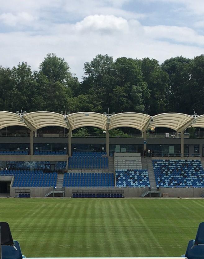 Blick auf Haupttribüne und Stadioninnenraum von Nordtribüne