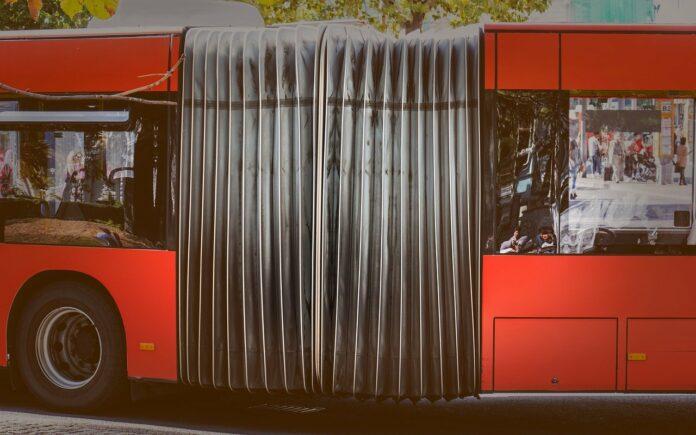 Unfall zwischen zwei Gelenkbussen